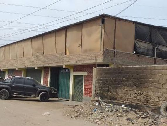 Local comercial de 2 pisos con área total de 1000 m2.