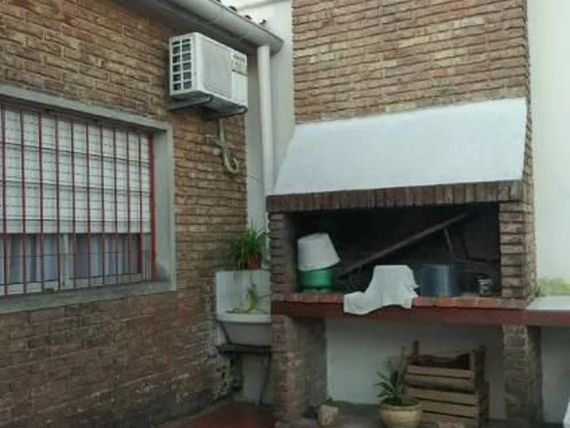 "Casa - <span itemprop=""addressLocality"">Pocitos</span>. Patio y garaje para 6 autos."