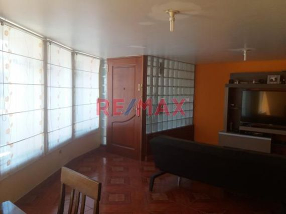 VENDO DEPARTAMENTO EN LA URB. LA COLONIAL, 2DO PISO A UNA CUADRA DE AV. HARTLEY