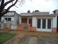 Casa con 2 Dptos de 3 AMB. Ideal 2 familias  - Banfield E.