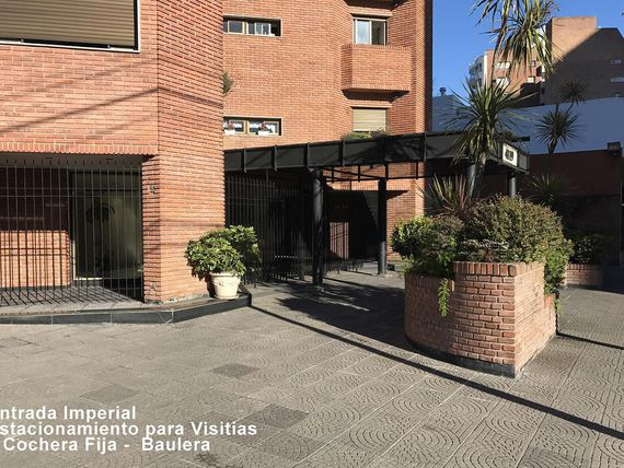 Original piso con cochera, baulera y full amenities.